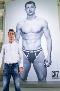 Ronaldo na tle plakatu prezentującego najnowszą kolekcję bielizny CR7.